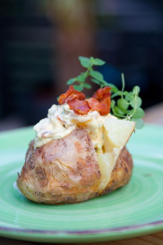 Kyckling- och baconröra till bakad potatis