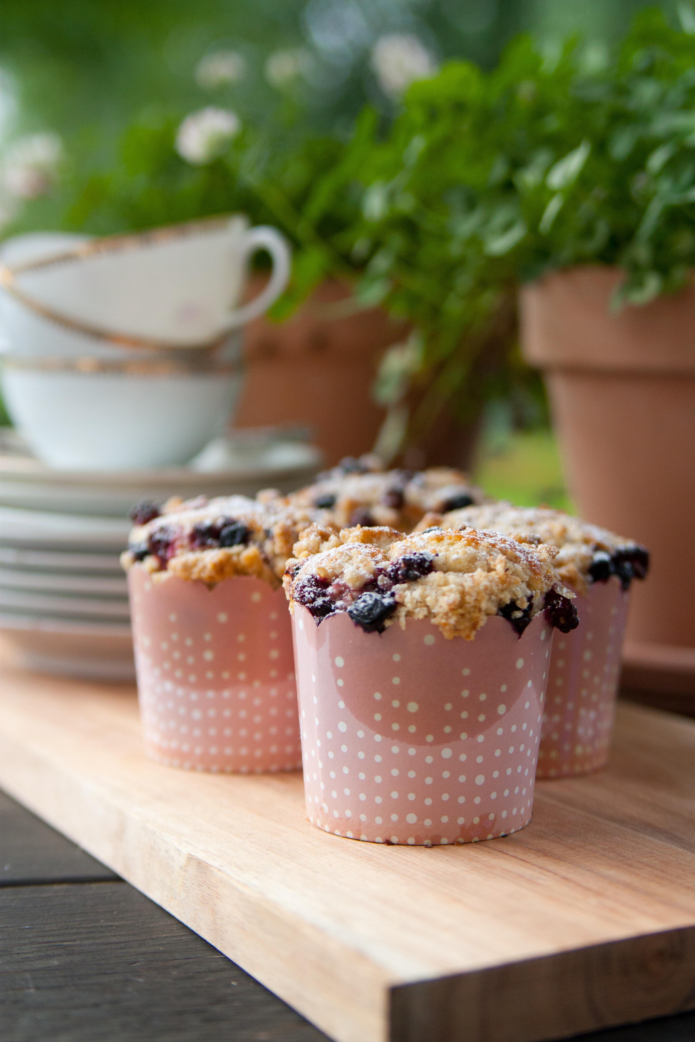 160714 Hallon och blåbärs muffins med crumble-6291