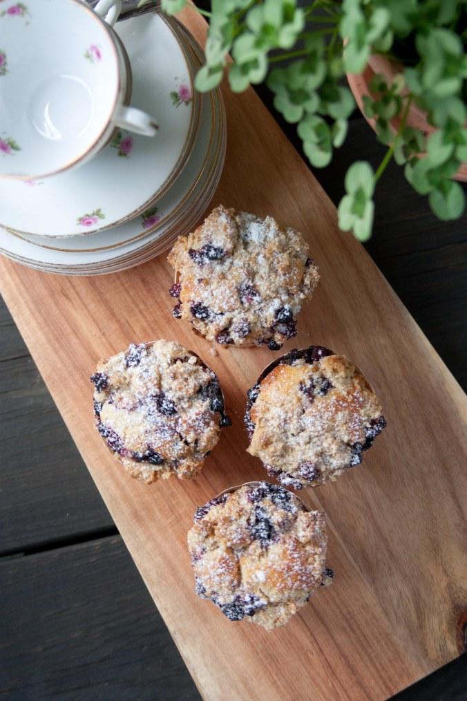 160714 Hallon och blåbärs muffins med crumble-6298